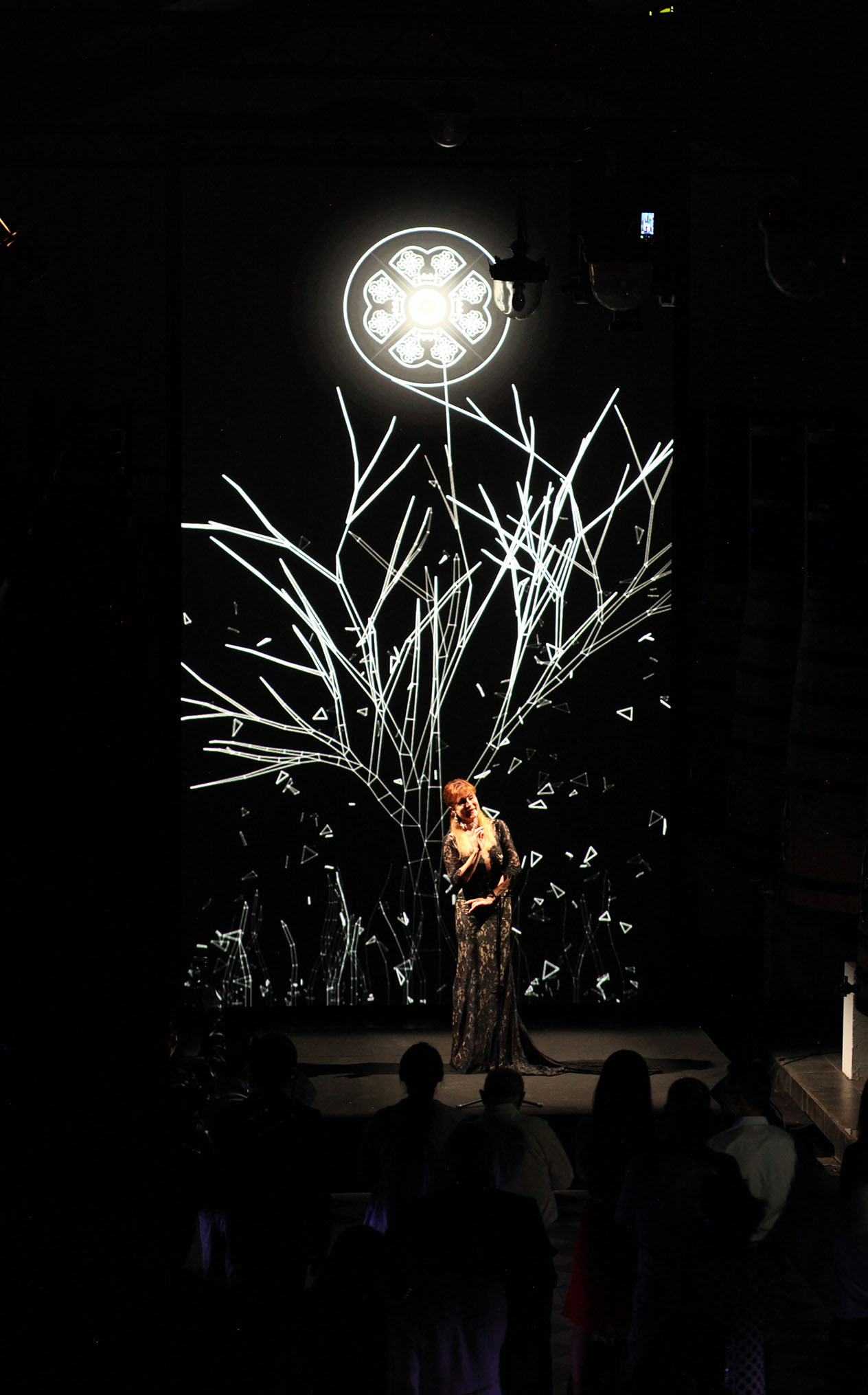 Laurence Janot singing et Château Pape Clément in front of a digital art background